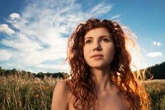 Retrato del primer de la mujer hermosa en la puesta del sol Imagen de archivo