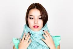 Retrato del primer de la mujer hermosa en una bufanda de lana Fotografía de archivo