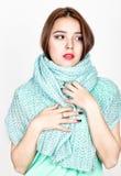 Retrato del primer de la mujer hermosa en una bufanda de lana Imagen de archivo