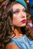 Retrato del primer de la mujer hermosa joven en un ehat del diseñador imagen de archivo