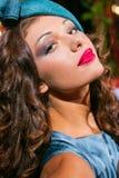 Retrato del primer de la mujer hermosa joven en un ehat del diseñador fotos de archivo