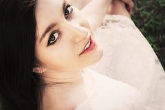 Retrato del primer de la mujer joven atractiva con los ojos grises hermosos Foto de archivo libre de regalías