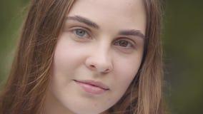 Retrato del primer de la mujer joven bastante despreocupada con diversos ojos coloreados que miran la cámara dentro Caucásico fel metrajes