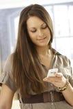Retrato del primer de la mujer joven con el móvil Imagenes de archivo