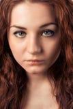 Retrato del primer de la mujer joven con los pelos rojos que miran la cámara Imágenes de archivo libres de regalías