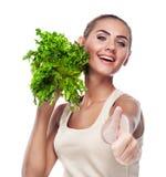 Mujer con las hierbas del paquete (ensalada). Dieta del vegetariano del concepto Foto de archivo libre de regalías