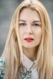 Retrato del primer de la mujer joven rubia sensual en parque fotos de archivo