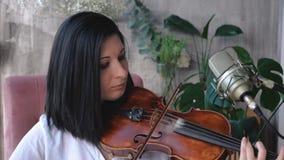Retrato del primer de la mujer del músico con el violín Tirado en la cámara lenta almacen de metraje de vídeo