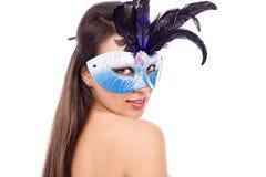 Retrato del primer de la mujer morena atractiva con la máscara del carnaval Foto de archivo
