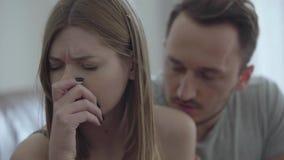 Retrato del primer de la mujer quebrada triste y su del marido que piden perdón Problemas en la relación entre el hombre metrajes