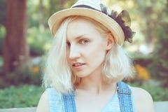 Retrato del primer de la mujer rubia joven adolescente caucásica hermosa de la muchacha del modelo alternativo en camiseta azul Fotografía de archivo libre de regalías