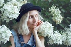 Retrato del primer de la mujer rubia joven adolescente caucásica hermosa de la muchacha del modelo alternativo en camiseta azul Foto de archivo libre de regalías