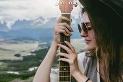 Retrato del primer de la señora con la guitarra Imágenes de archivo libres de regalías