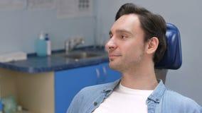 Retrato del primer de la sonrisa paciente dental masculina almacen de metraje de vídeo