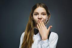 Retrato del primer de la sorpresa que va de la muchacha que se pregunta en fondo gris Foto de archivo libre de regalías