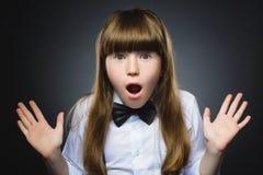 Retrato del primer de la sorpresa que va de la muchacha que se pregunta en fondo gris Fotografía de archivo