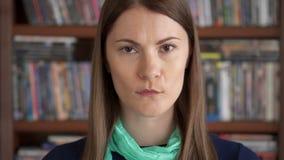 Retrato del primer de las emociones potentes sinceras enfadadas irritadas enojadas de la mujer joven del trastorno en cara almacen de metraje de vídeo