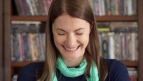 Retrato del primer de las emociones potentes sinceras felices alegres emocionadas de risa de la mujer joven en cara metrajes
