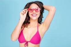 Retrato del primer de las lentes que llevan de una muchacha atractiva Fotografía de archivo libre de regalías