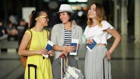 Retrato del primer de las muchachas atractivas que van a viajar junto durante vacaciones de verano Tres mujeres bastante jovenes  almacen de video