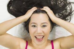 Retrato del primer de las mujeres asiáticas felices que mienten en la tierra con el pelo largo negro sonrisa temporaria, diversi foto de archivo