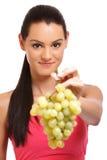 Retrato del primer de las uvas de ofrecimiento de una mujer Foto de archivo
