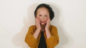 Retrato del primer de lindo poca muchacha de la moda en el estudio contra una pared blanca almacen de metraje de vídeo