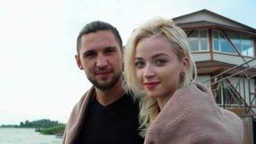 Retrato del primer de pares dulces, de la novia preciosa y del novio cerca su casa del lago metrajes