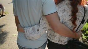 Retrato del primer de pares felices en el amor que camina alrededor de la ciudad que lleva a cabo las manos Mujer joven atractiva metrajes