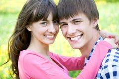 Retrato del primer de pares jovenes sonrientes fotos de archivo libres de regalías