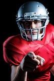 Retrato del primer de señalar confiado del jugador de fútbol americano Imagenes de archivo