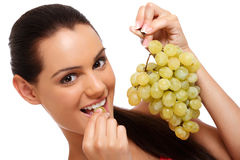Retrato del primer de un adolescente con las uvas Fotos de archivo