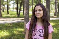 Retrato del primer de un adolescente hermoso que lleva un t rosado s Foto de archivo