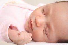 Retrato del primer de un bebé durmiente Imagen de archivo libre de regalías