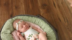 Retrato del primer de un bebé durmiente hermoso en cuna acogedora almacen de video