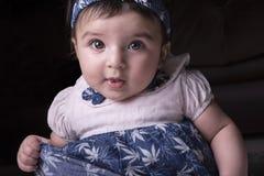 Retrato del primer de un bebé de 5 meses que babea y directo imágenes de archivo libres de regalías