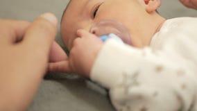 Retrato del primer de un bebé recién nacido gritador en cama almacen de metraje de vídeo