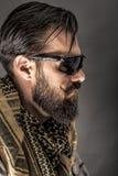 Retrato del primer de un hombre con la barba que lleva a un árabe tradicional imagen de archivo libre de regalías