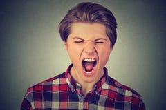 Retrato del primer de un hombre enojado joven que grita Imagen de archivo