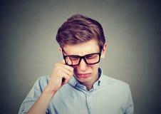 Retrato del primer de un hombre gritador del adolescente en vidrios Imagen de archivo libre de regalías