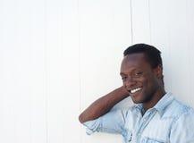 Retrato del primer de un hombre joven feliz que sonríe al aire libre Fotografía de archivo