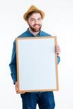 Retrato del primer de un hombre sonriente que lleva a cabo al tablero en blanco Foto de archivo libre de regalías