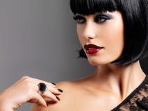 Retrato del primer de un modelo femenino con los labios atractivos rojos brillantes Imágenes de archivo libres de regalías