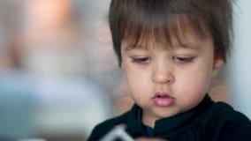Retrato del primer de un muchacho del niño en un mono negro almacen de video