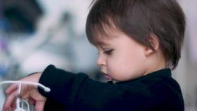 Retrato del primer de un muchacho del niño en un mono negro metrajes