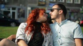 Retrato del primer de un par atractivo feliz, abrazando durante fechar al aire libre en una calle almacen de metraje de vídeo