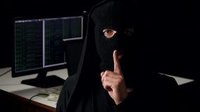 Retrato del primer de un pirata informático peligroso en un pasamontañas Concepto de crimen cibernético Él muestra shh metrajes
