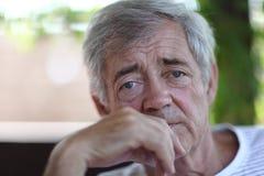 Retrato del primer de un viejo hombre al aire libre Imagen de archivo libre de regalías