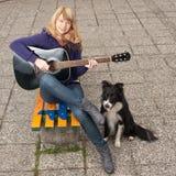 Retrato del primer de una chica joven feliz con la guitarra Foto de archivo libre de regalías