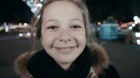 Retrato del primer de una chica joven que hace una cara triste que mira la cámara metrajes